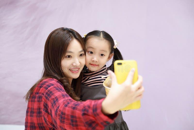 Familia que hace el selfie, madre egipcia árabe feliz sonriente con la hija que toma el selfie imagen de archivo libre de regalías