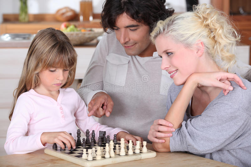 Familia que juega a ajedrez fotos de archivo