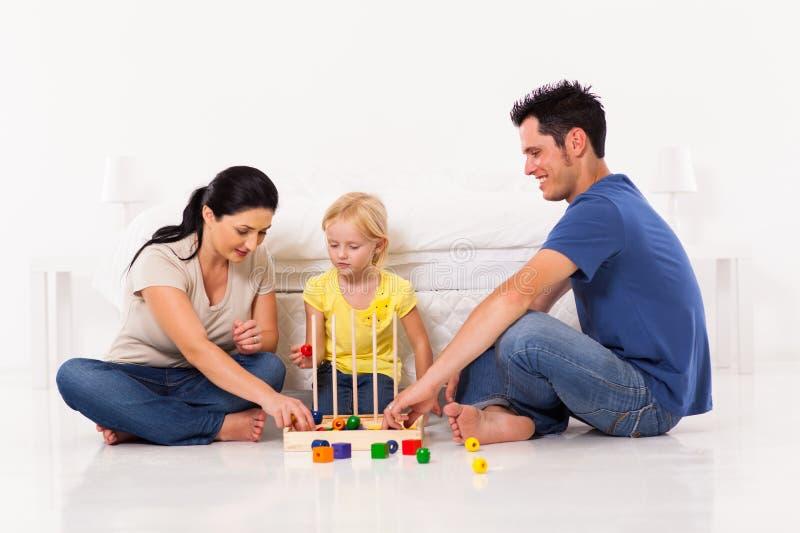 Familia que juega al juego imágenes de archivo libres de regalías