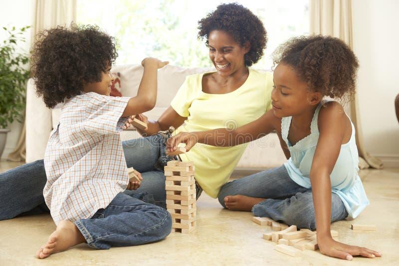 Familia que juega al juego en el país imagenes de archivo