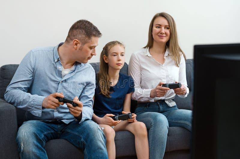 Familia que juega al videojuego imagen de archivo libre de regalías