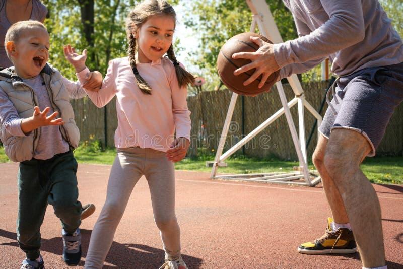 Familia que juega a baloncesto imagen de archivo libre de regalías