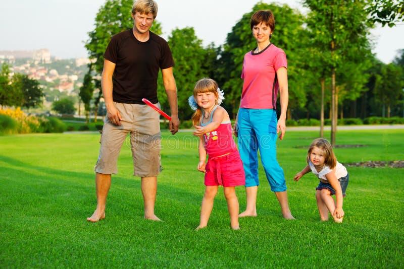 Familia que juega con el disco volador fotos de archivo
