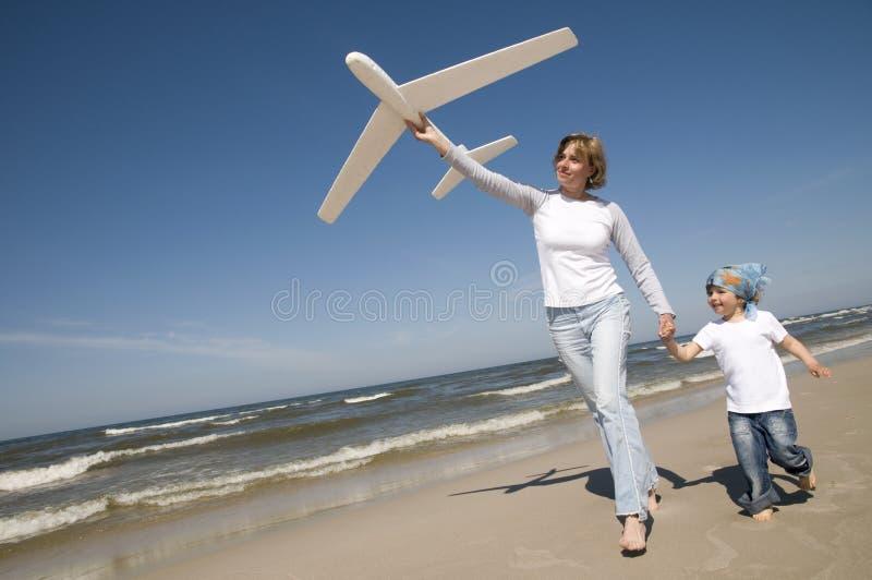 Familia que juega con el modelo plano fotos de archivo libres de regalías