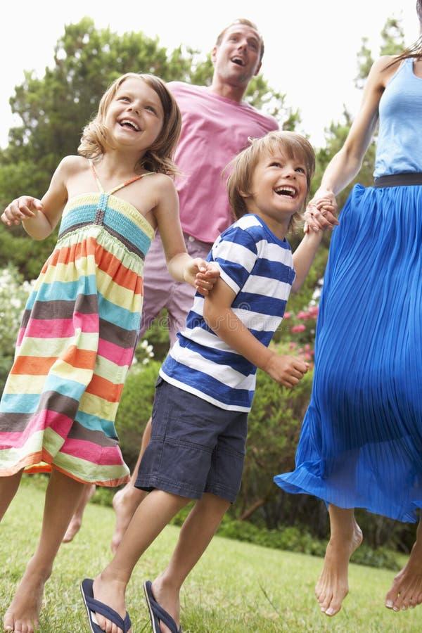 Familia que juega en CountrysideTogether foto de archivo libre de regalías