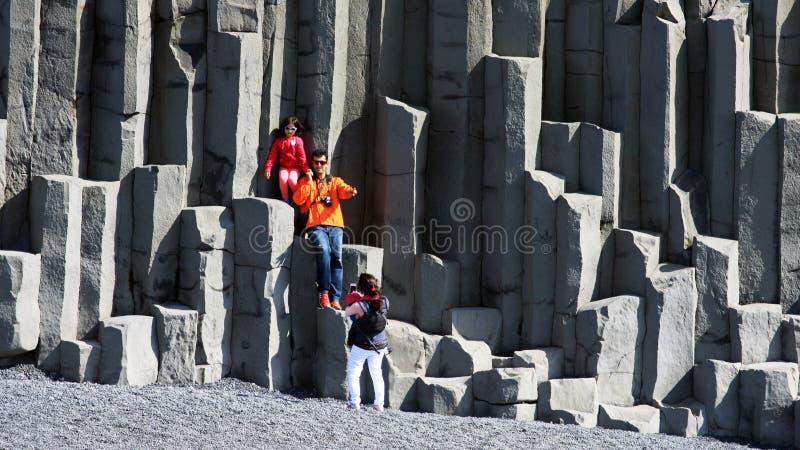 Familia que juega en la playa negra en Vik, Islandia imagen de archivo libre de regalías