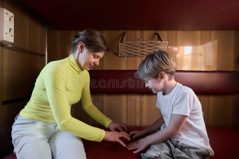 Familia que juega en tren imagen de archivo