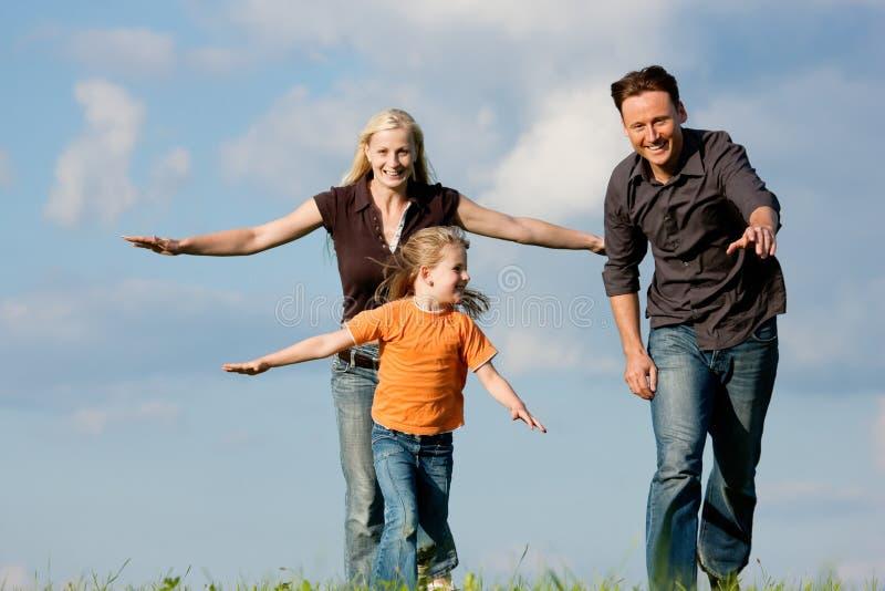 Familia que juega en una caminata foto de archivo libre de regalías