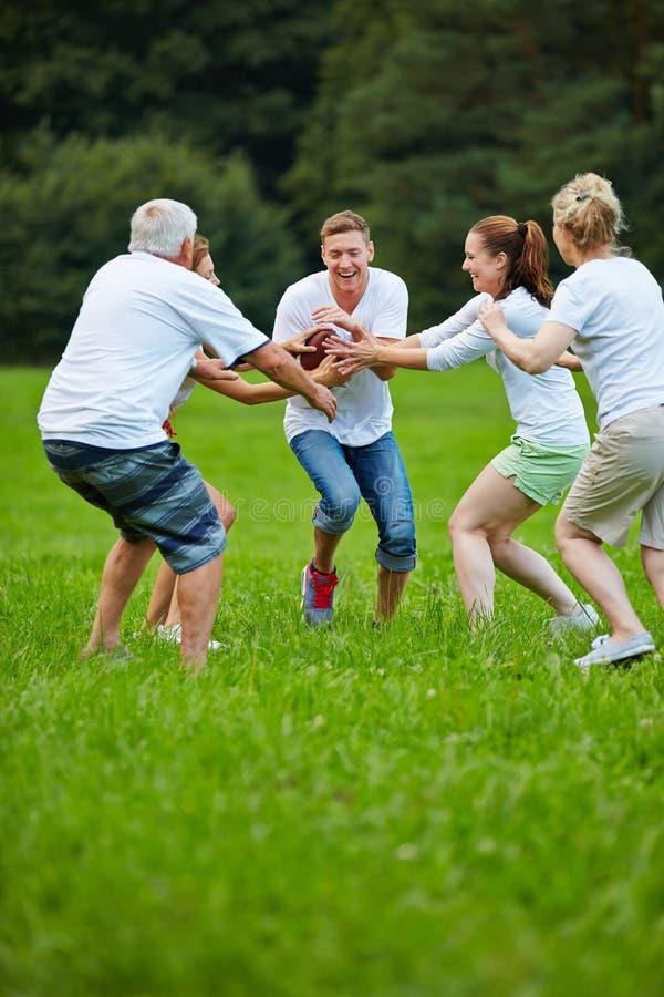 Familia que juega a fútbol americano imagen de archivo libre de regalías