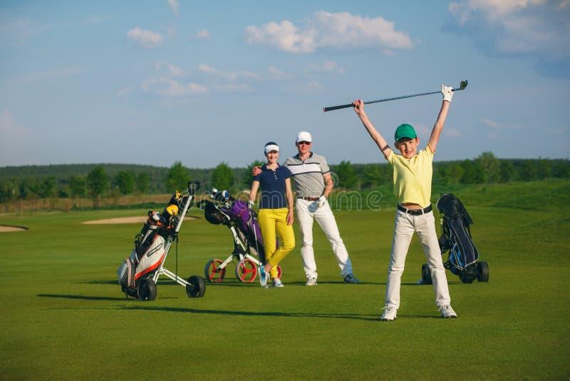 Familia que juega a golf foto de archivo