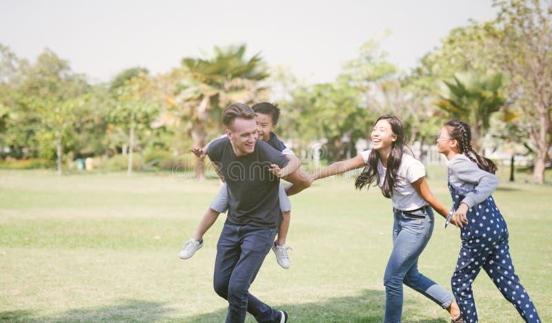 Familia que juega junto divertirse al aire libre Concepto de un h familia appy fotografía de archivo libre de regalías