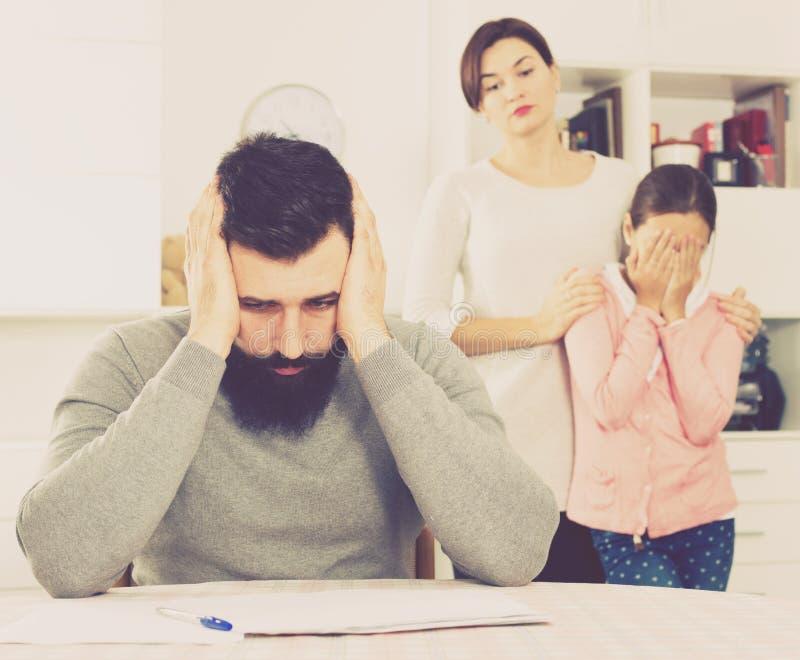 Familia que lucha para pagar las facturas de servicios públicos su apartamento fotografía de archivo libre de regalías