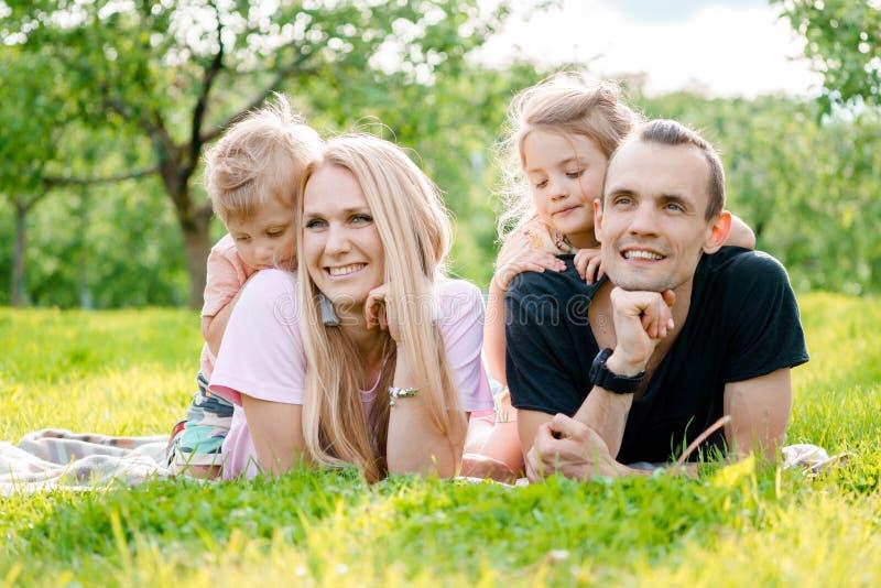 Familia que miente en hierba en campo fotos de archivo libres de regalías
