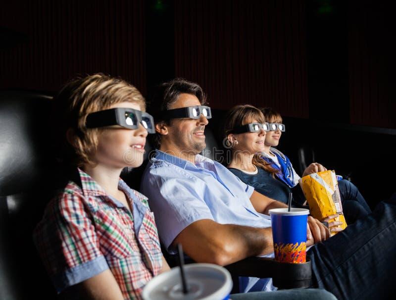 Familia que mira la película 3D en teatro foto de archivo libre de regalías