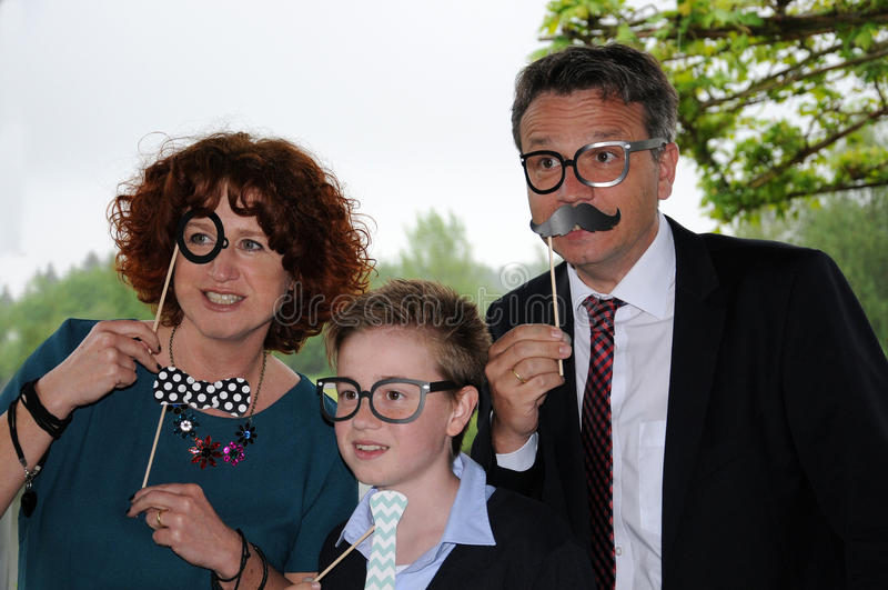 Familia que presenta delante de una cabina de la foto