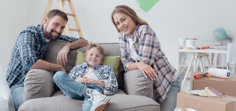 Familia que presenta en su nueva casa imagenes de archivo
