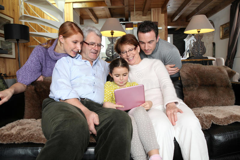 Familia que recolecta en casa fotos de archivo libres de regalías