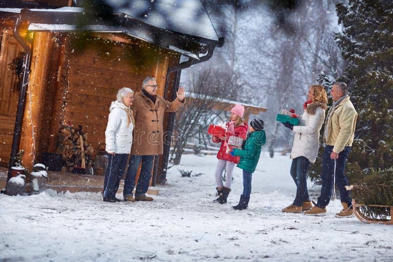 Familia que recolecta junto para la Nochebuena imágenes de archivo libres de regalías
