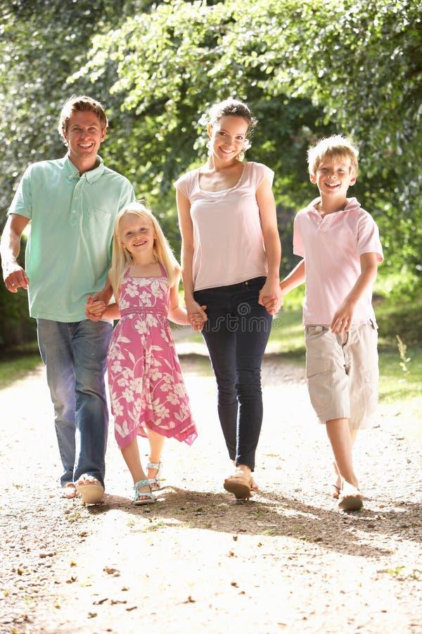 Familia que recorre en campo junto imagen de archivo libre de regalías