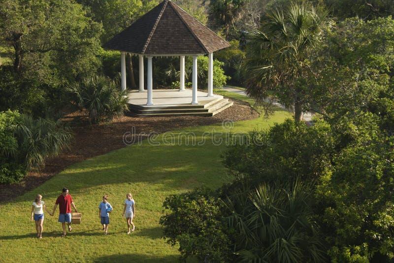 Familia que recorre en parque. fotografía de archivo