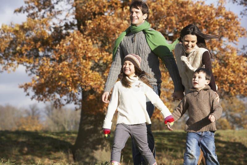 Familia que recorre en parque fotos de archivo