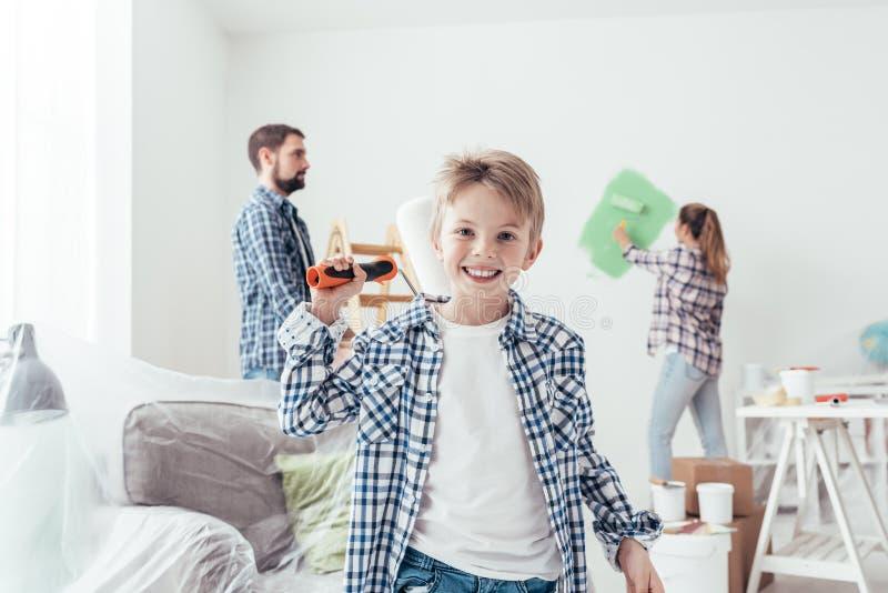 Familia que renueva su nuevo apartamento imagenes de archivo