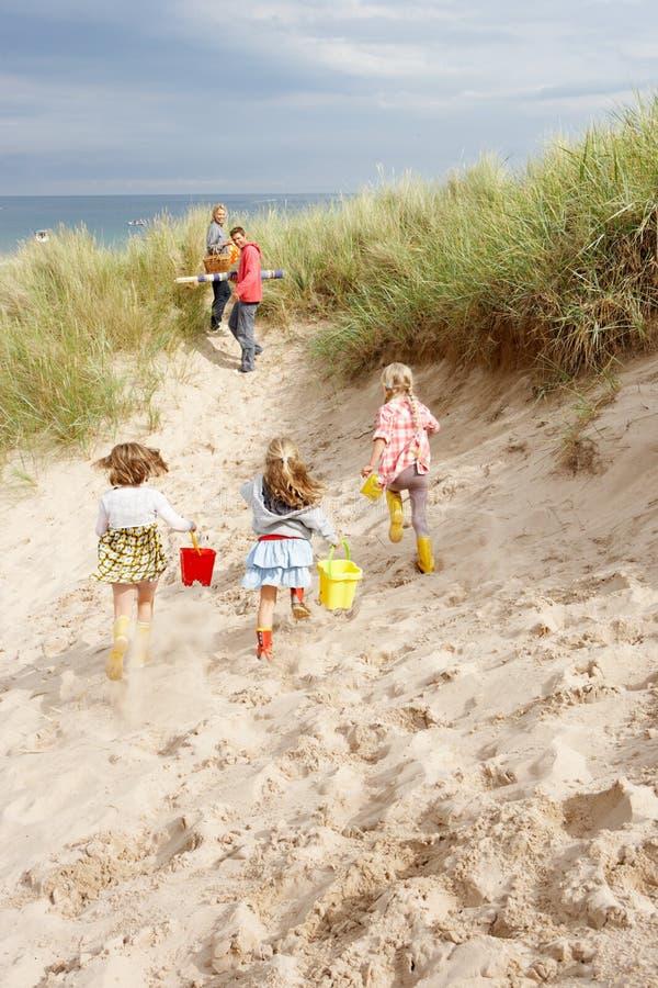 Familia que se divierte el vacaciones de la playa fotografía de archivo libre de regalías