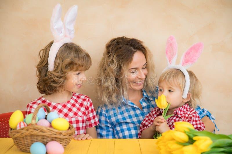 Familia que se divierte en casa Concepto de los días de fiesta de la primavera fotografía de archivo libre de regalías