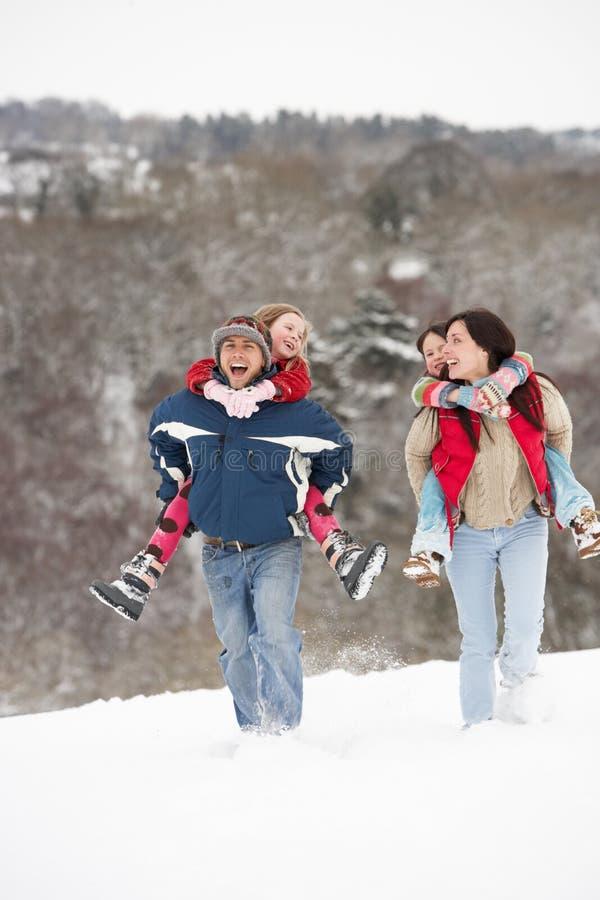 Familia que se divierte en nieve imágenes de archivo libres de regalías