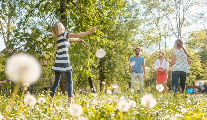 Familia que se divierte que juega a juegos del deporte fotos de archivo libres de regalías