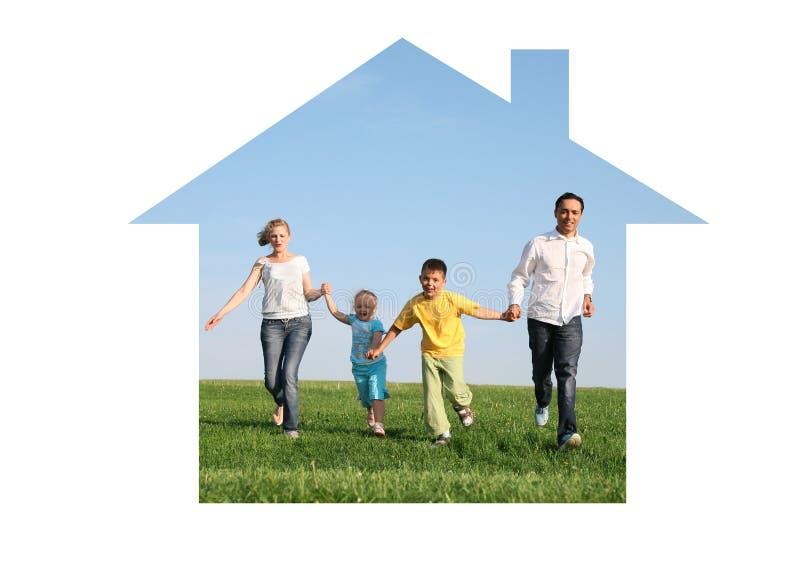 Familia que se ejecuta en casa ideal