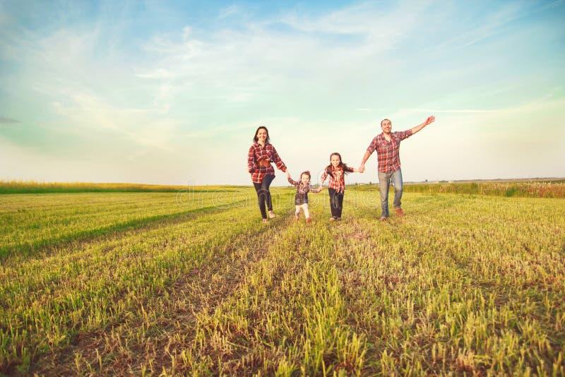 Familia que se ejecuta junto fotos de archivo libres de regalías