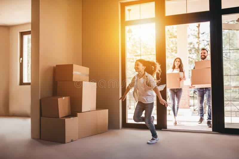 Familia que se mueve en nueva casa imagen de archivo libre de regalías