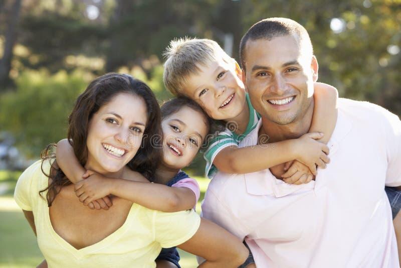 Familia que se relaja en parque del verano imagen de archivo libre de regalías