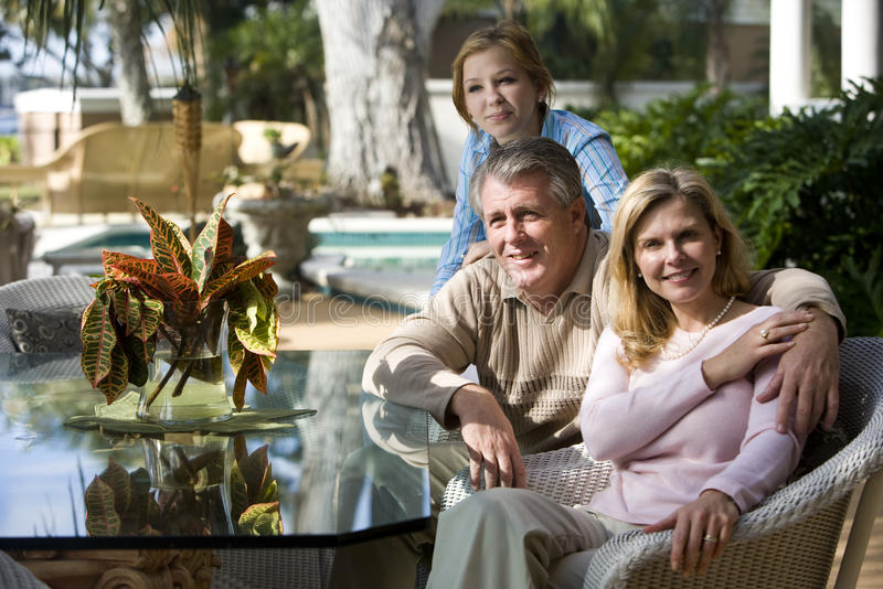 Familia que se relaja en patio imágenes de archivo libres de regalías