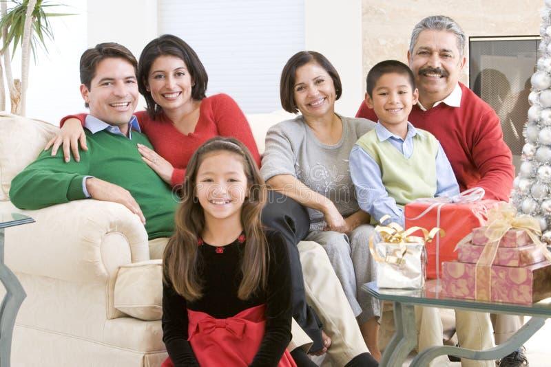 Familia que se sienta alrededor de una mesa de centro fotos de archivo