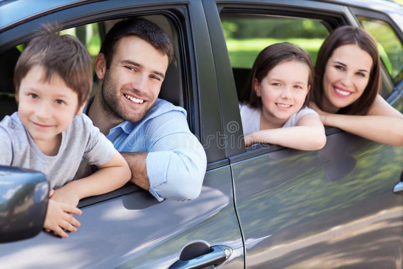 Familia que se sienta en el coche