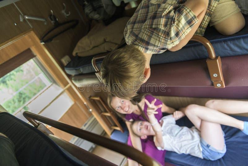Familia que se sienta en el compartimiento del tren imágenes de archivo libres de regalías