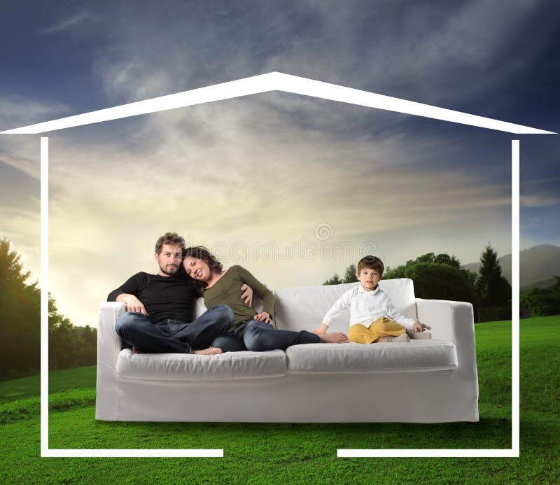 Familia que soña un hogar foto de archivo