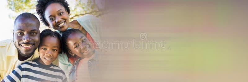 Familia que sonríe en la cámara con la transición borrosa imagen de archivo libre de regalías