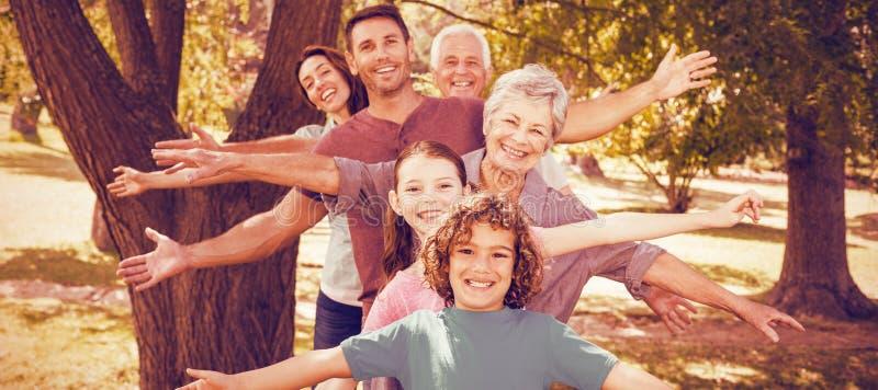 Familia que sonríe en parque foto de archivo libre de regalías