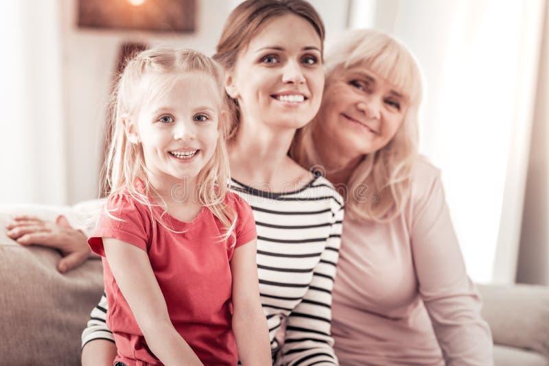 Familia que sorprende de tres que pasa un fin de semana maravilloso en casa imágenes de archivo libres de regalías
