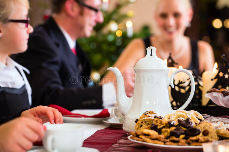 Familia que tiene consumición tradicional del café de la Navidad imagenes de archivo