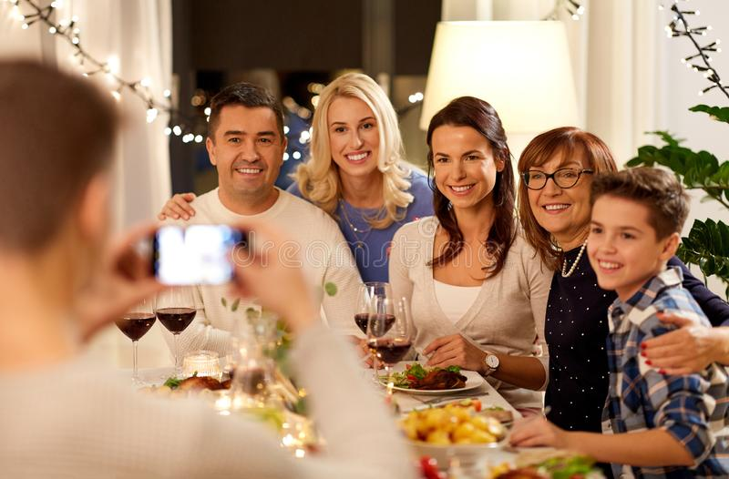 Familia que tiene partido de cena y que toma el selfie fotos de archivo