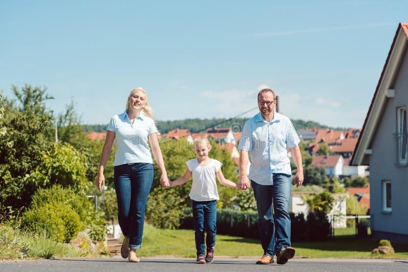 Familia que tiene paseo en el pueblo fotos de archivo libres de regalías