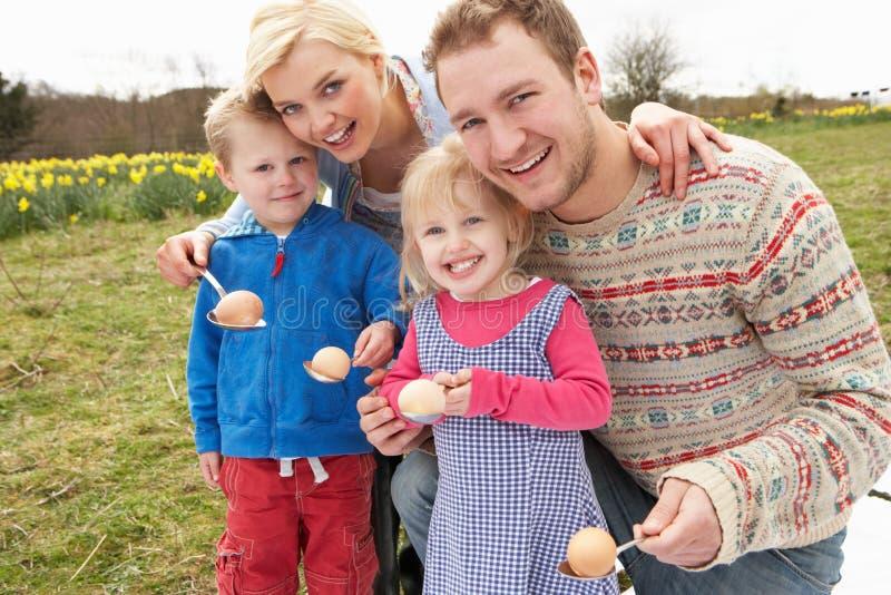 Familia que tiene raza del huevo y de la cuchara imagenes de archivo