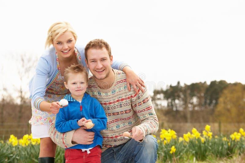 Familia que tiene raza del huevo y de la cuchara fotografía de archivo
