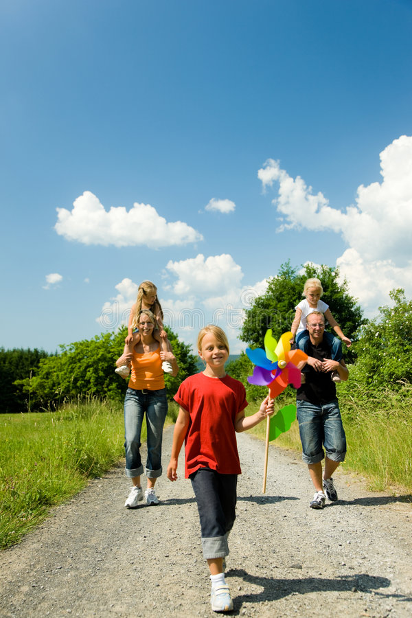 Familia que tiene una caminata