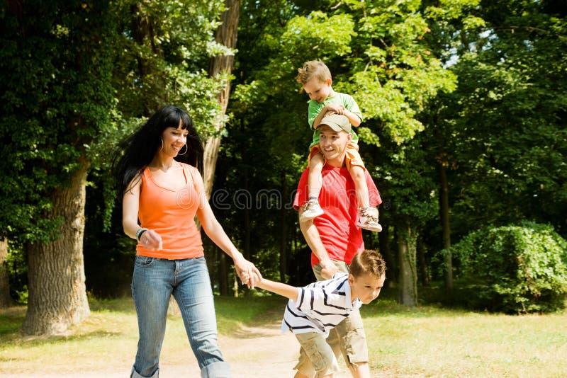 Familia que tiene una caminata imagen de archivo