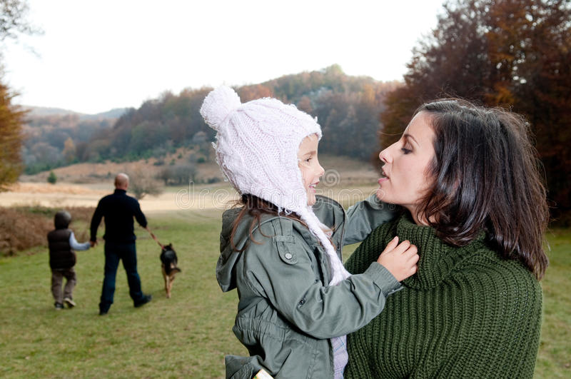 Familia que tiene una caminata al aire libre foto de archivo libre de regalías